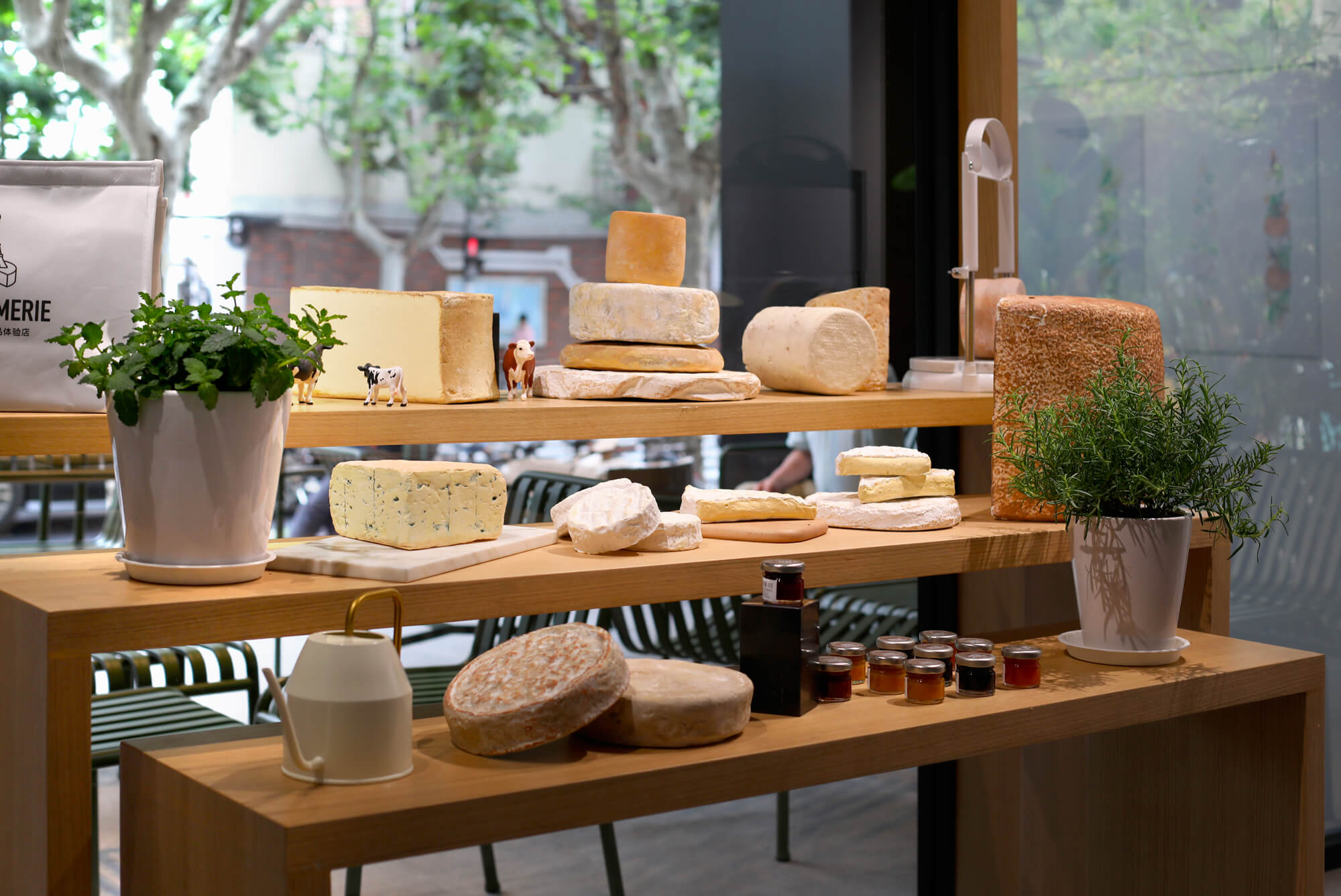 la-cremerie-concept-store-retail-design-display-cheese-ichetkar