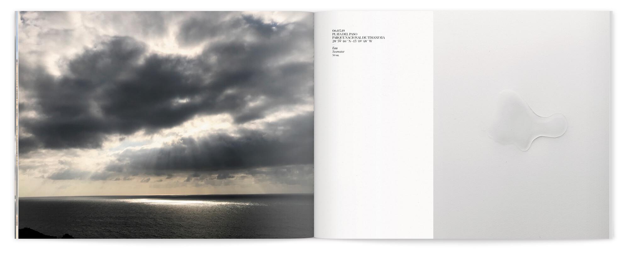 Daniela Busrello utilise ce que la terre lui donne pour réaliser ses peintures, extrait d'eau de mer sur cette double page du livre d'artiste.
