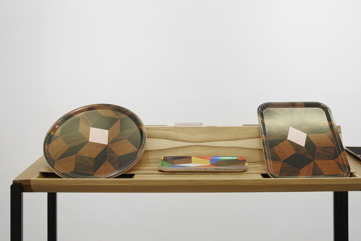 plateaux penrose d\'ichetkaraux d\'days au pop-up store vivre design à la galerie joseph sur la table d\'exposition de guillaume buzin