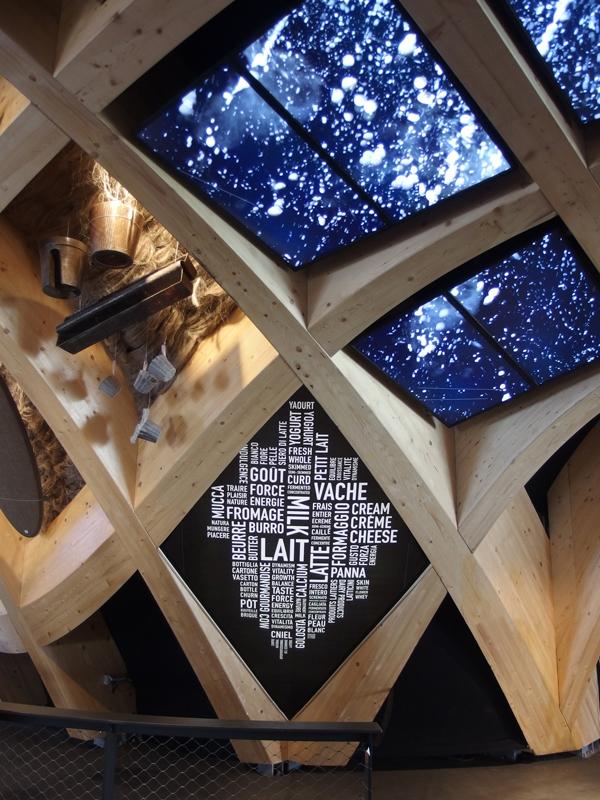 Installation les mots du lait par IchetKar et Arche de Lait par Clémence Farrell, à Milan durant l'exposition universelle 2015 au sein du Pavillon Français