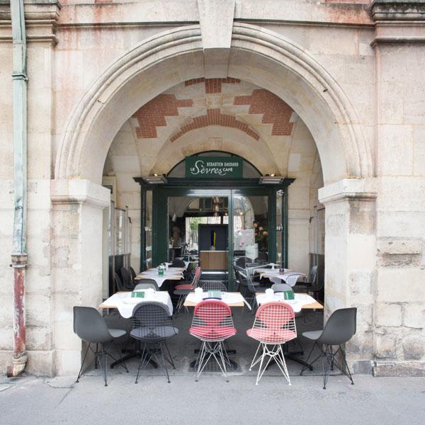 Venez découvrir les saveurs servies dans mix & match de porcelaines de Sèvres, assorti de couverts Christofle, confortablement installé dans du mobilier Vitra.
