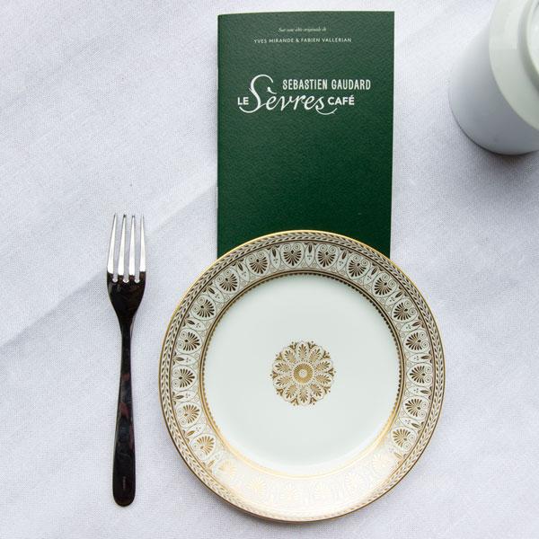 Yves Mirande et Fabien Vallérian se sont plongés dans les réserves et collections de la Manufacture pour composer un mix &match de services en porcelaine de Sèvres