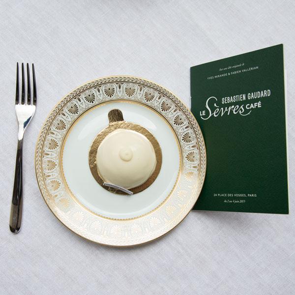 Profitez du raffinement exceptionnel de l\'argenterie et de la porcelaine du Sèvres Café.