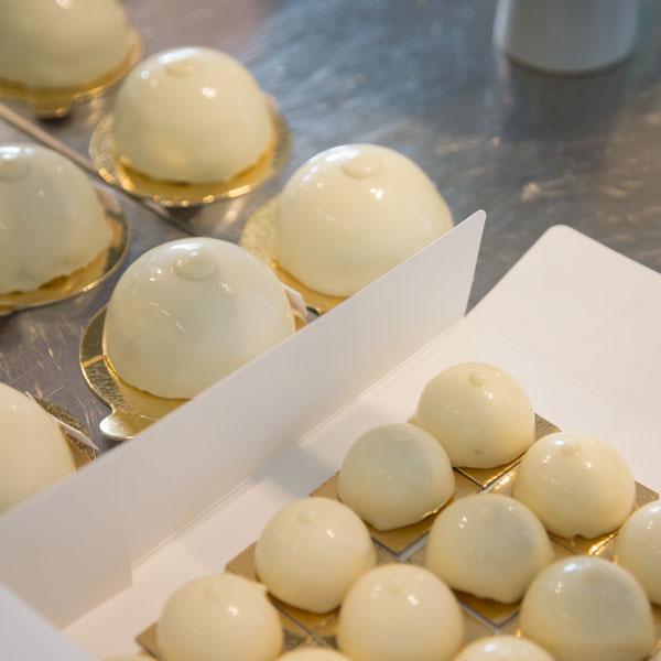 Après avoir visité la Manufacture de Sèvres, Sebastien Gaudard a trouvé son inspiration dans le célèbre bol sein de Marie-Antoinette