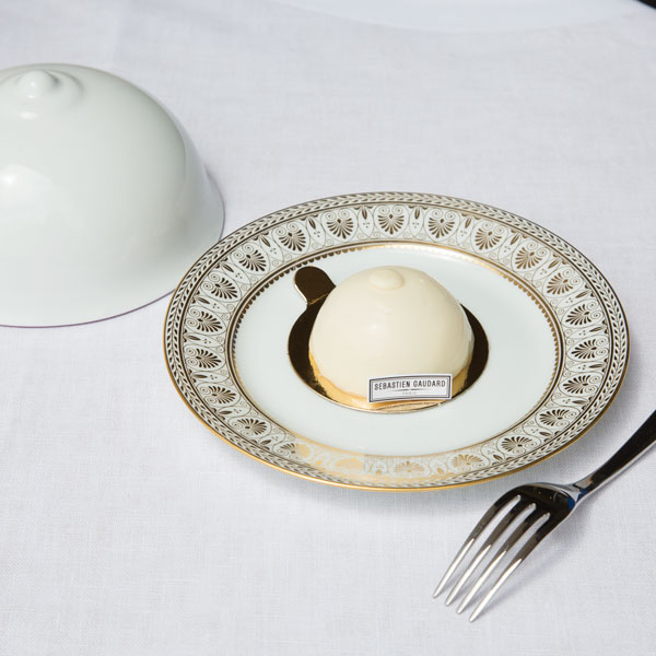 Un dialogue tout de blanc vêtu entre la mythique manufacture de porcelaine et le savoir-faire pâtissier du chef.