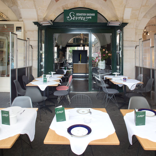 Installez-vous à la terrasse Place des Vosges, un havre de paix rassurant et captivant.