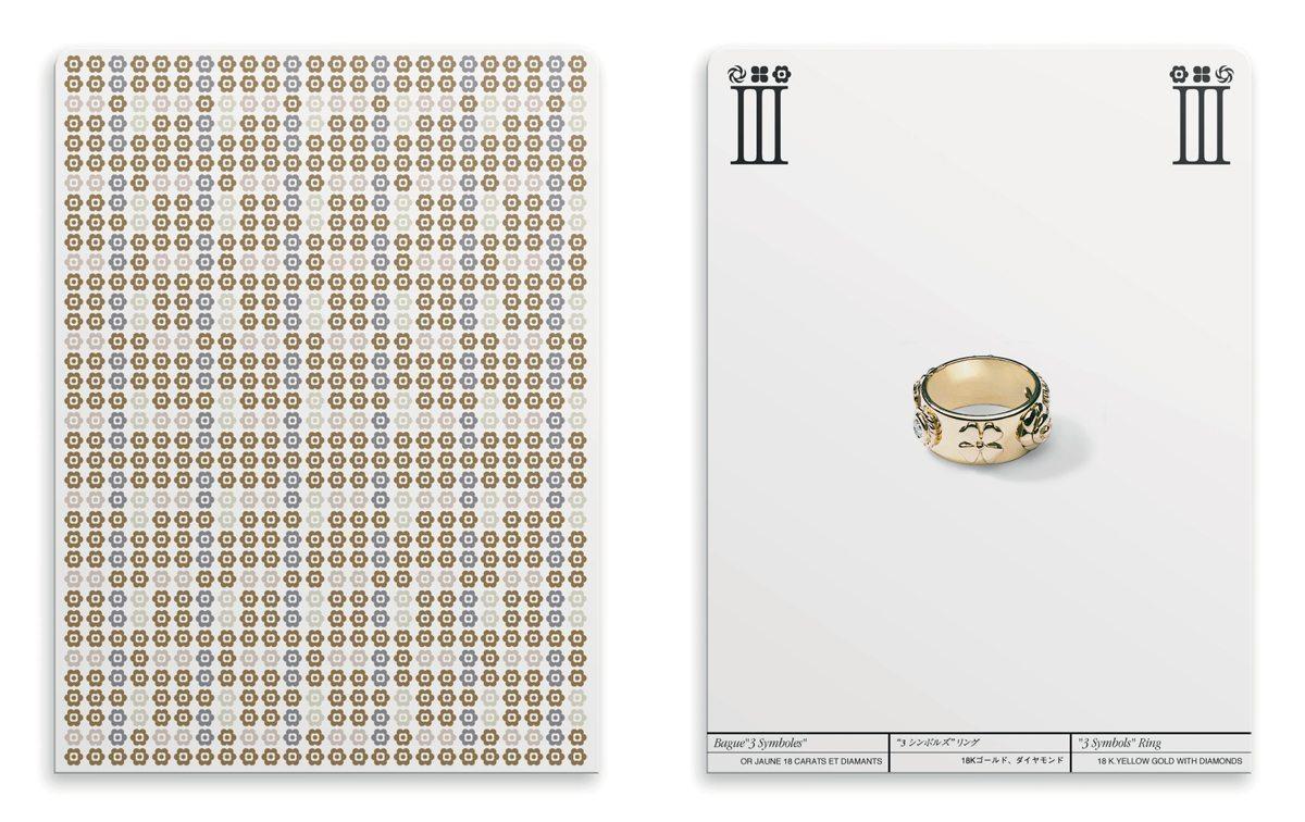 Ich&Kar dessine le catalogue III Symboles pour Chanel sous la forme de cartes à jouer. A gauche, une carte avec un graphisme illustrant le camélia, le trefle ainsi que le diamant. A droite, la bague III Symboles.