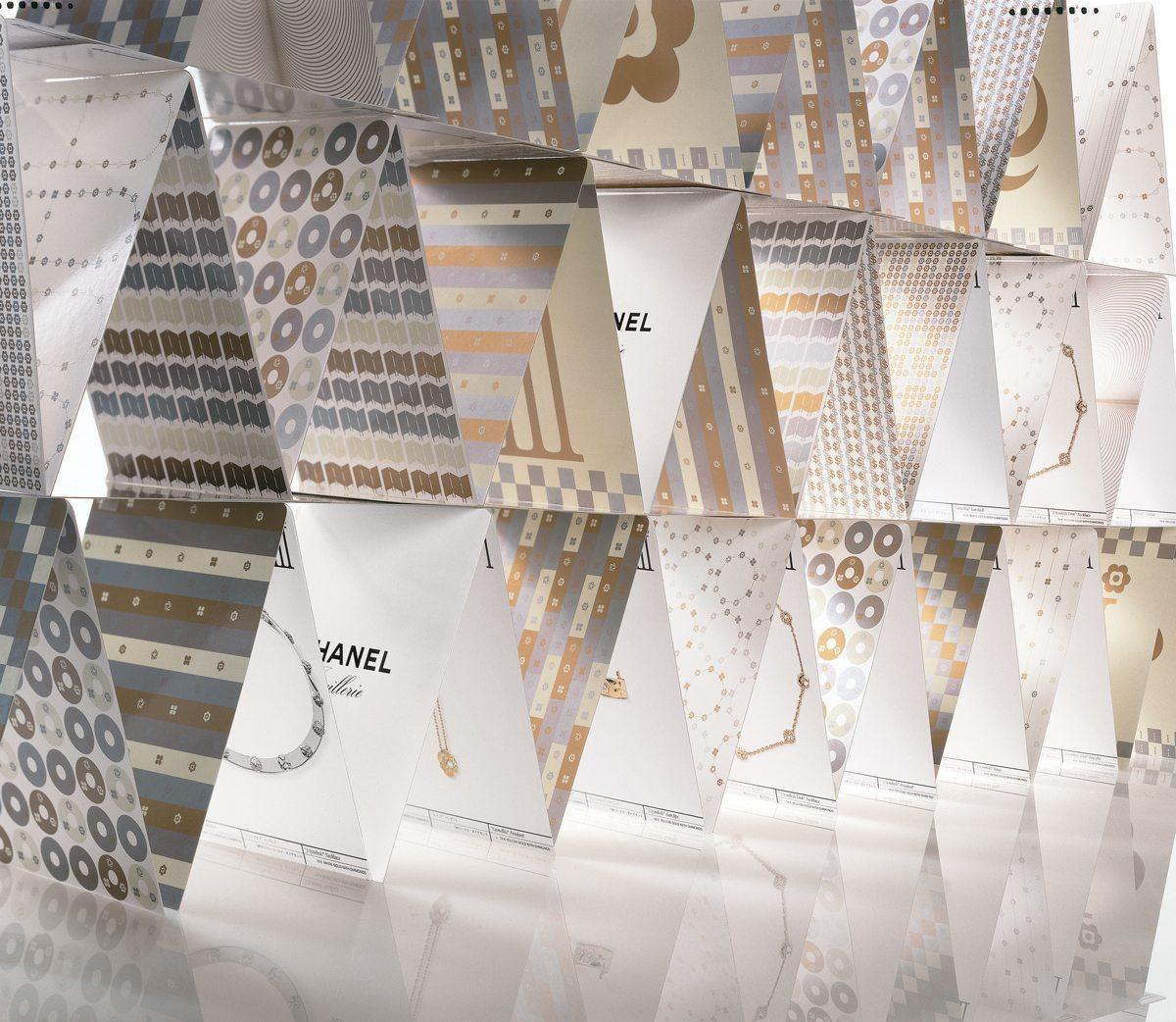 Ich&Kar construit un immense chateau avec le dossier de presse dessiné pour Chanel, la célèbre marque de Luxe française