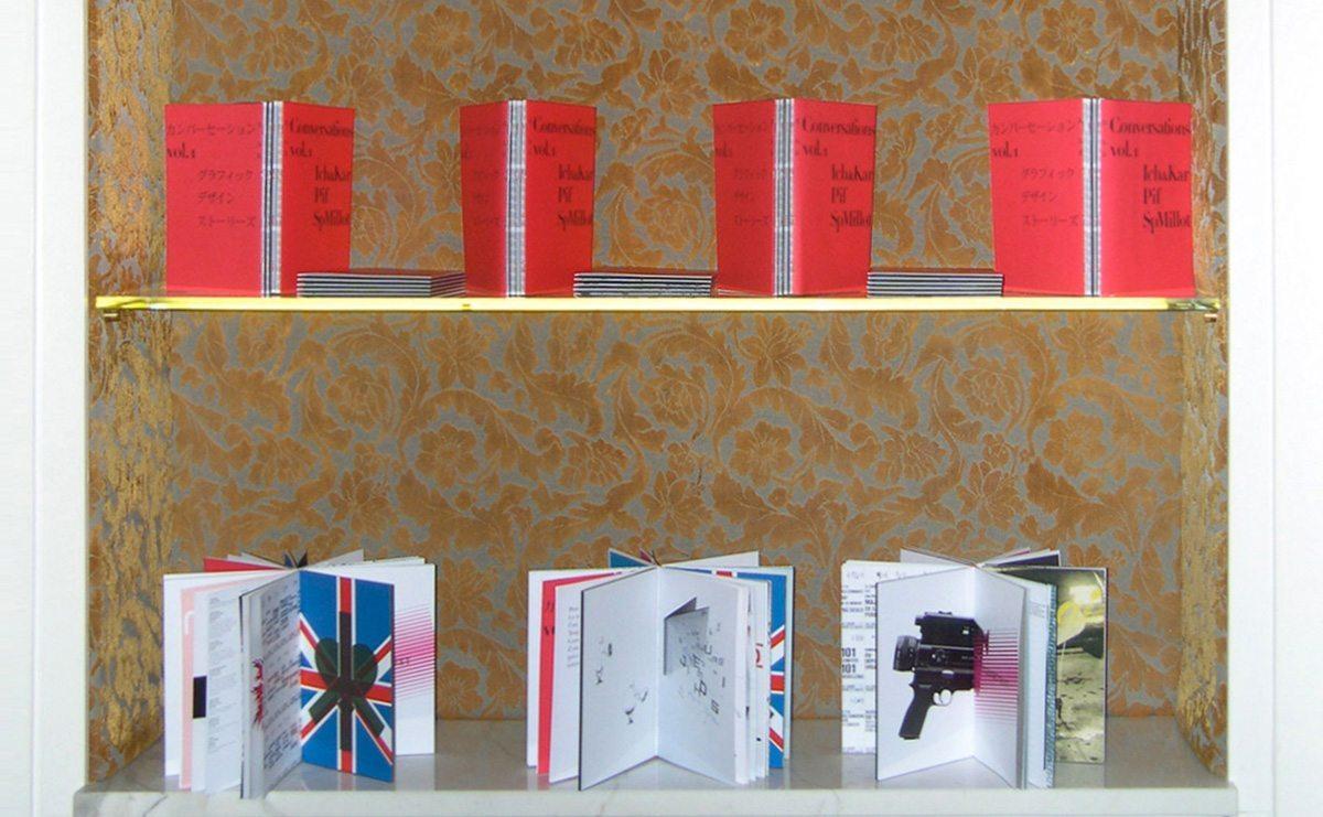 Les livres Conversations Vol1, sur une étagère, discussion entre IchetKar, Pif et Sp Millot est en lecture ouverte au Sketch, le restaurant étoilé de Londres