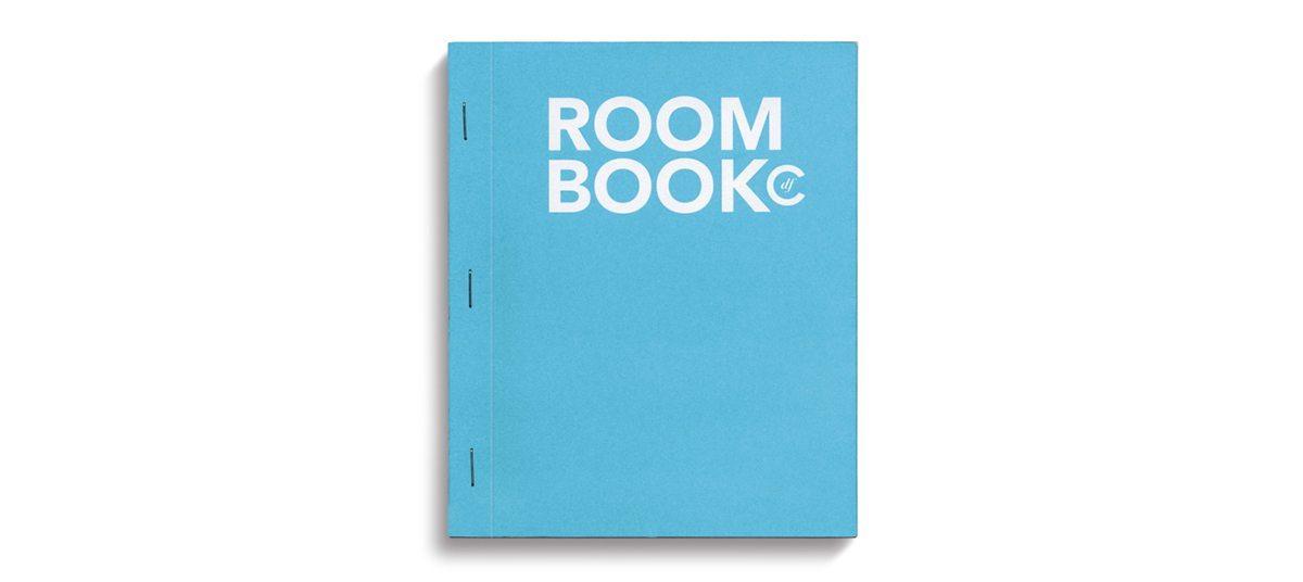 La couverture du Room book, de l'hôtel Condesa df,bleu et typographie blanche, la page calendrier, design Ichetkar