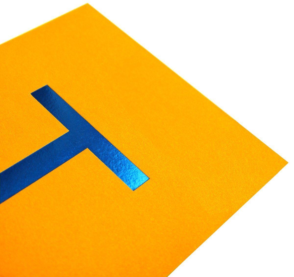 Zoom d'une cartes postales de la Maison étoilés Troisgros, couleurs gourmandes et dorures à chaud, design Ich&Kar