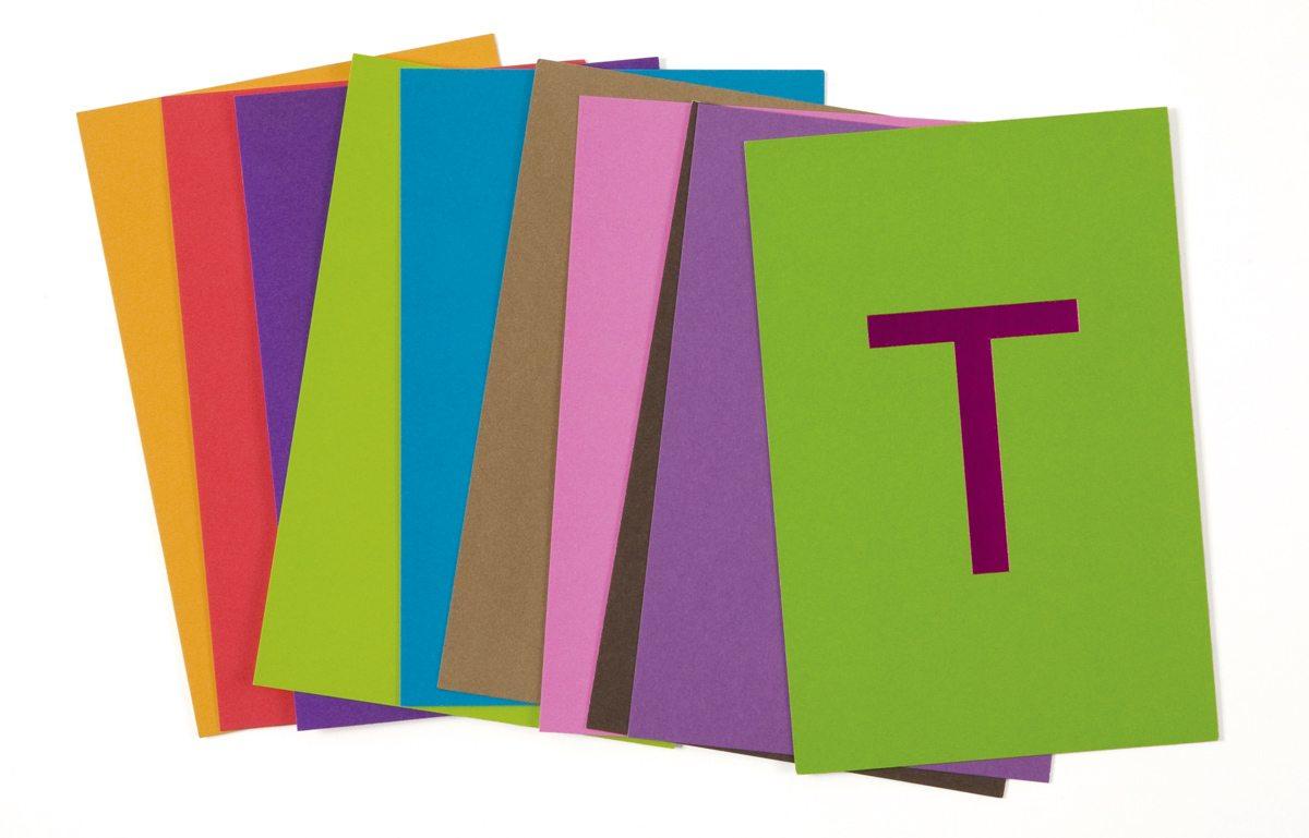 Les cartes postales de la Maison Troisgros, le T emblématique en dorure à chaud et couleurs gourmandes, design Ich&Kar