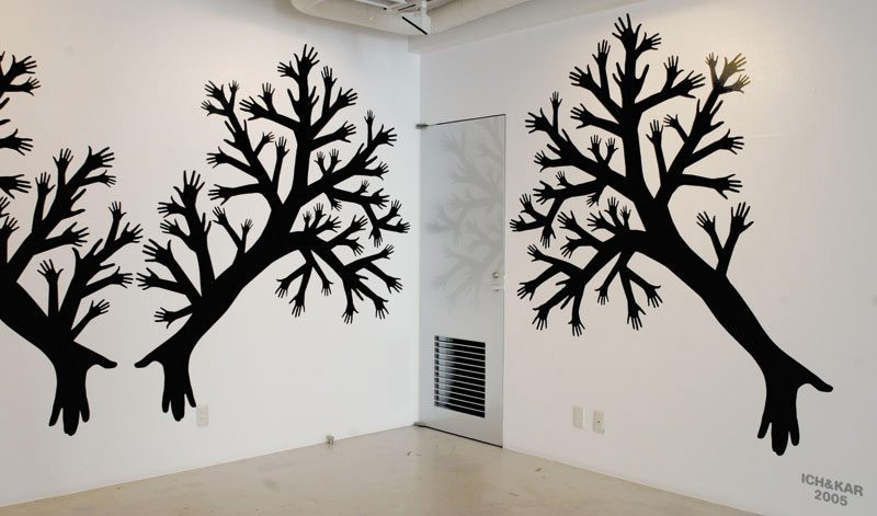 Le wallsticker de l'arbre a mille main sur les mur de l'exposition Ich&Kar's diary à la Speak for Gallery à Tokyo