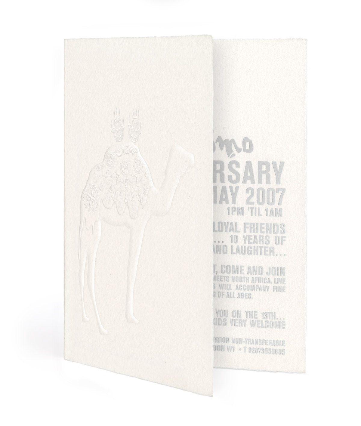 momo 10 anniversaire carton invitation gaufrage ichetkar ouvert typo irisée