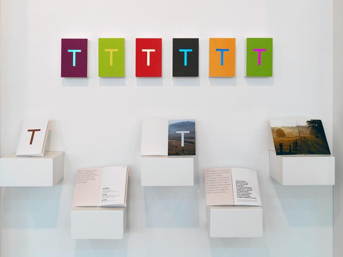 La brochure Troisgros et les carte postale à la galerie Anatome pour l'exposition IchetKar curiosités