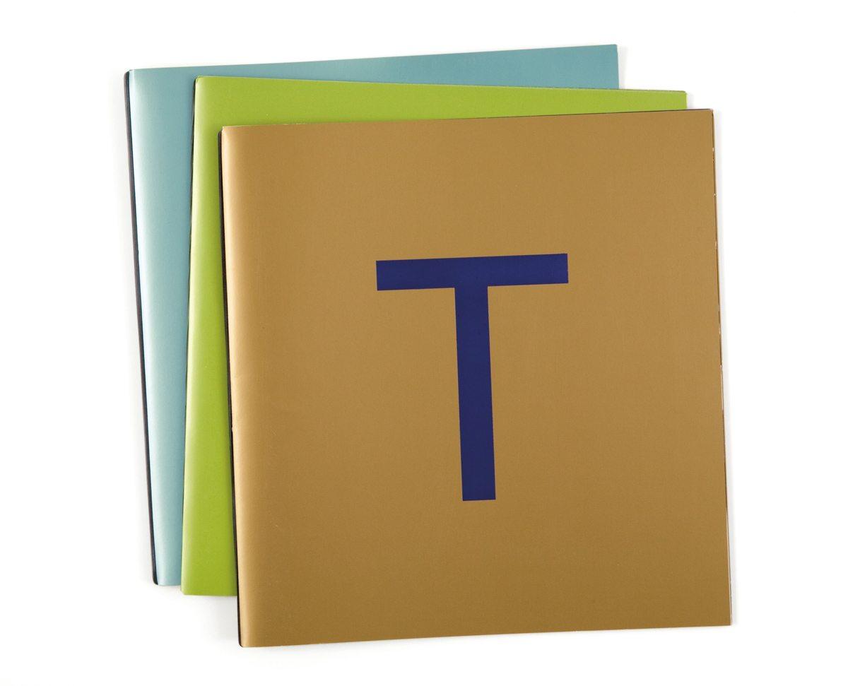 Les trois couvertures des menus de la Maison Troisgros, Pistache chocolat, Or outremer et Bleu perlé, design IchetKar et fabrication Cent pages