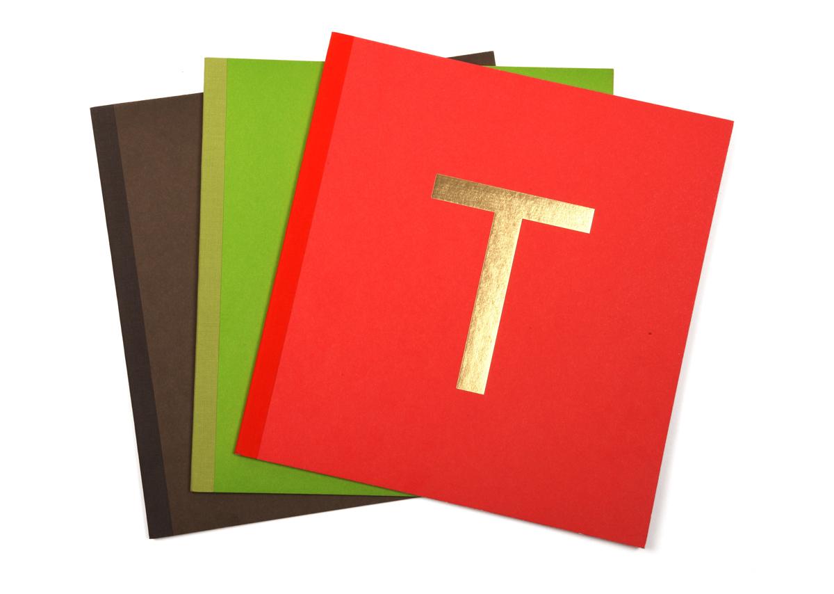 Les nouvelles couleurs des menus du restaurant étoilé Troisgros, le T emblématique de la maison en dorure à chaud, design IchetKar, fabrication cent pages