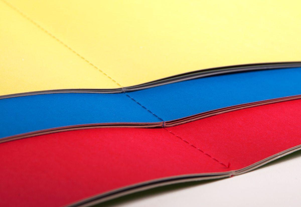 Les nouvelles couleurs des menus du restaurant étoilé Troisgros, reliure en couture coloré, design IchetKar, fabrication cent pages