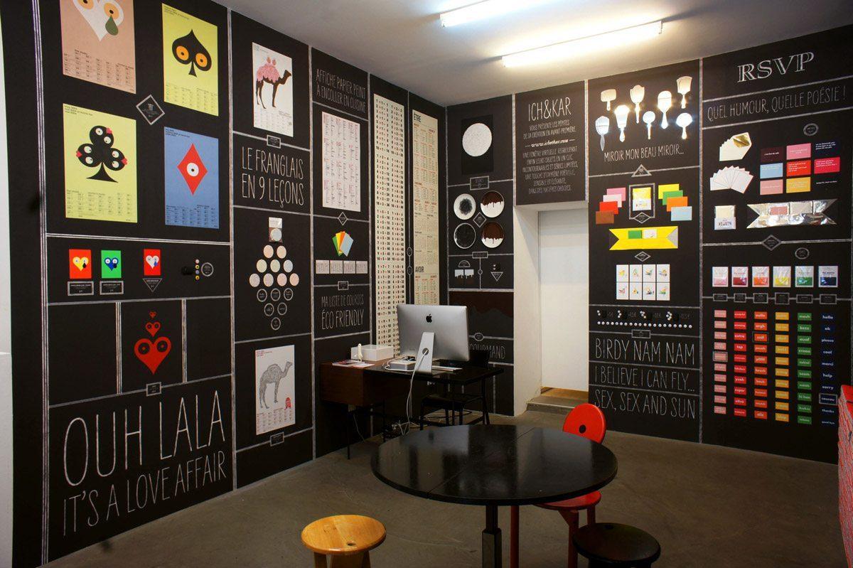 Exposition à la galerie Sometimes Studio, Ichetkar présente dans une salle recouverte de papier peint tous ces produits accrochés au mur. Scénographie IchetKar