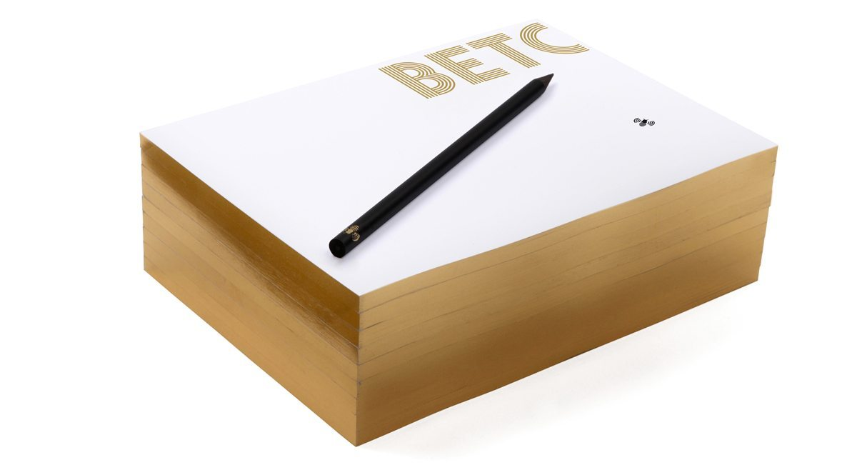 Le bloc note de l'agence de publicité BETC, dorure, logo et abeille qui se balade de feuilles en feuilles, design IchetKar