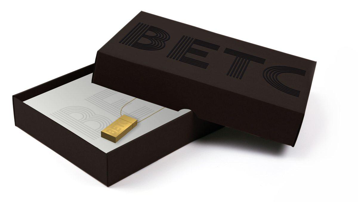 La boite de l'agence de publicité BETC, gaufrage et enre relief noir sur noir, tout en élégance, design IchetKar