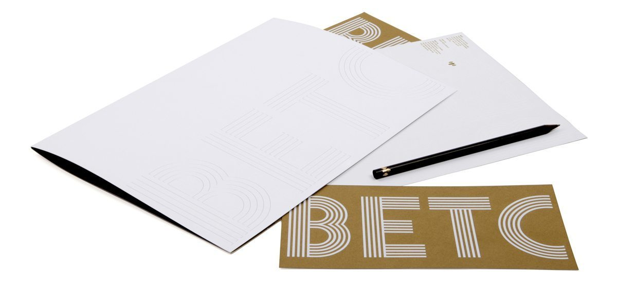 Pochette, papier en tête et carte de correspondance de l'agence de publicité BETC, gaufrage et or, design IchetKar