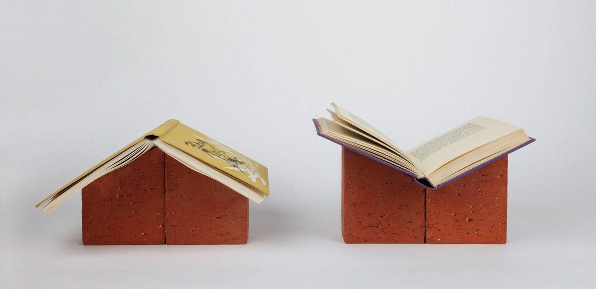 books and bricks, un repose-livres ou serre-livres, en briques coupées, résinées sur le dessus, feutrine sur le dessous, permet de composer sa bibliothèque à l'infini. Une création Ich&Kar.