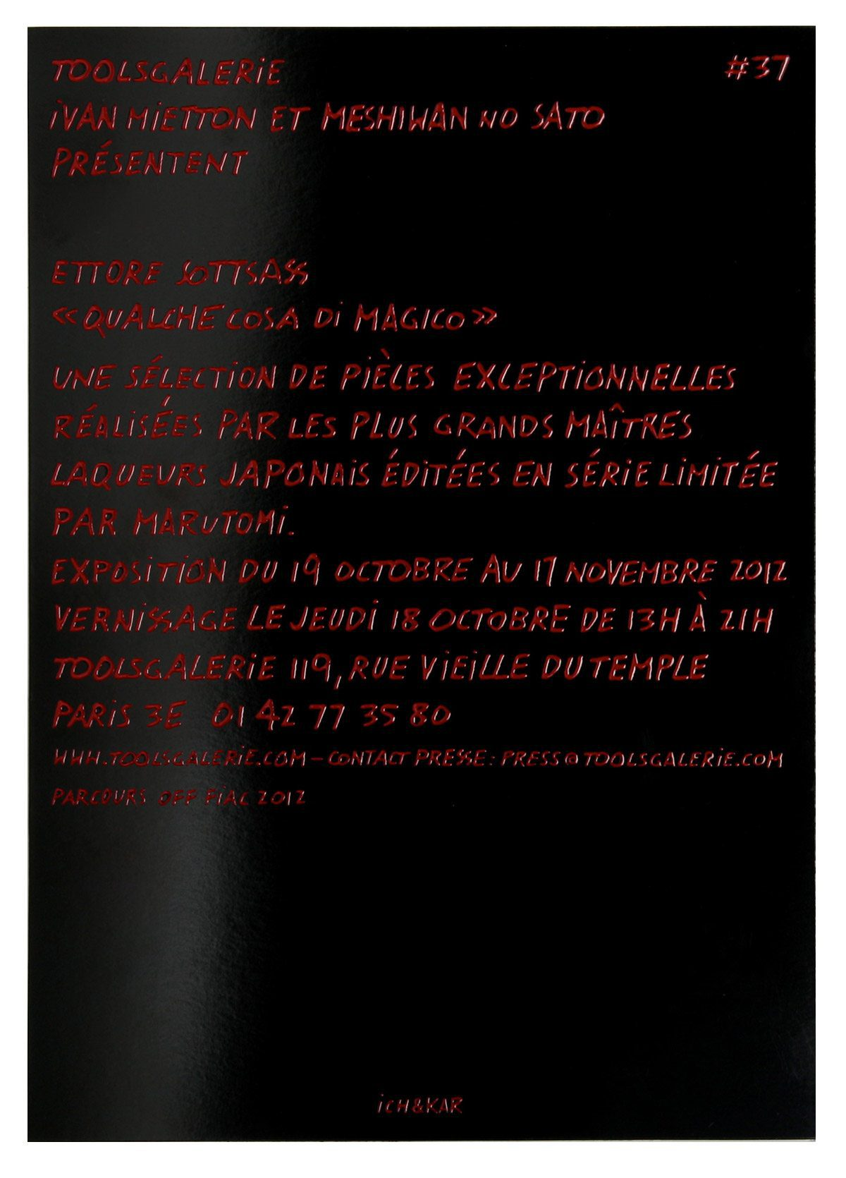 Invitation de l'exposition Qualche cosa di magico d'Ettore Sottsass, rouge et noir laqué. Design signé Ich&Kar