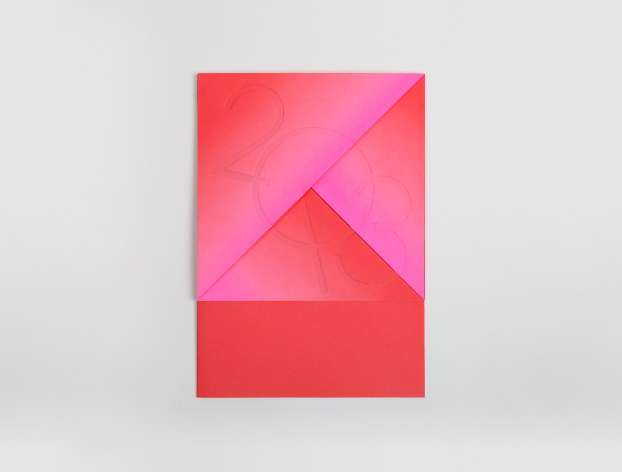 Ich&Kar signe la carte de vœux 2013 des arts Décoratifs, dégradé de couleur rose et rouge, origami et gaufrage pour une année colorée