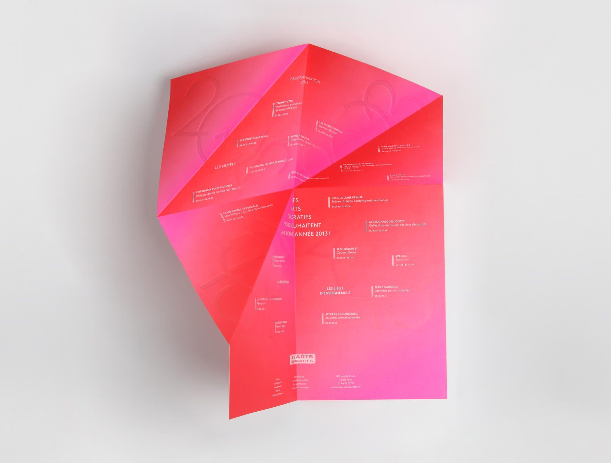 Origami, gaufrage, pliage, rose rouge, telle est la carte de vœux des arts décoratifs pour l'année 2013, un design et pliage signés IchetKar