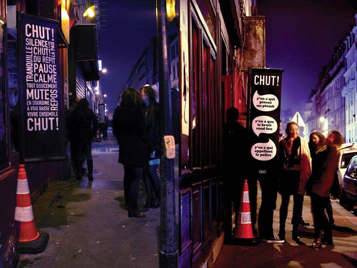 Ich&Kar et Clémence Farrell imaginent les drapeaux CHUT ! pour les bars et restaurant, un outil citoyen de sensibilisation à la tranquillité des riverains la nuit, composition typographique et humoristique