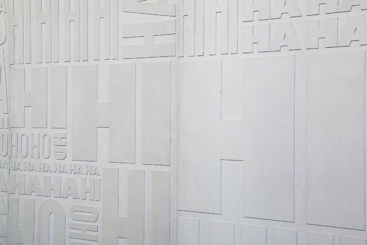 Ich&Kar dessine le Mur des jubilations, un projet en béton réalisé par Concrete LCDA, un bas-relief, écho d'une multitude de rires: rire gras, rire fin, rire soutenu, rire aux éclats…