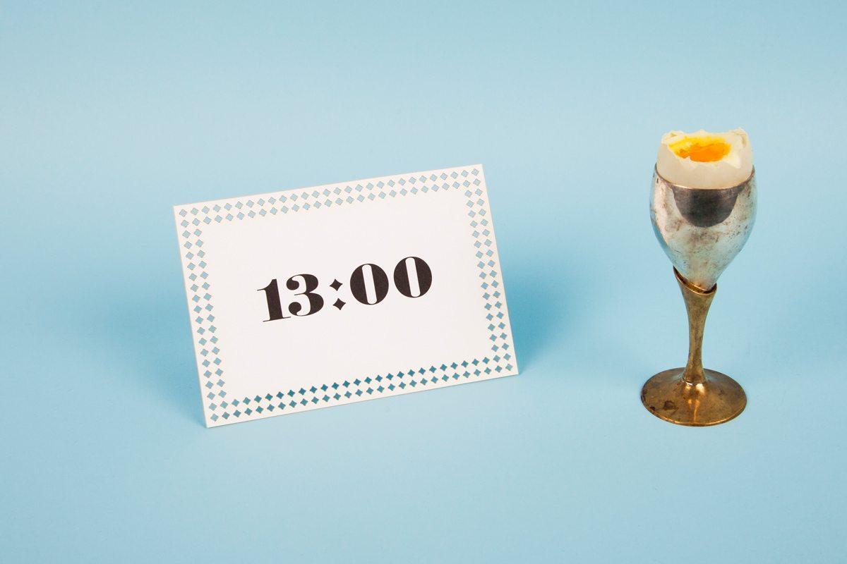 Carton d'invitation Time, de Ich&Kar. Avec l'inscription 13 heures, il est parfait pour une invitation à un Brunch.