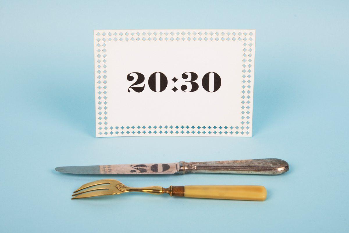 Collection de cartons d'invitations signée Ich&Kar. Un carton avec l'inscription 20heures30. Un carton parfait pour une invitation à un diner.