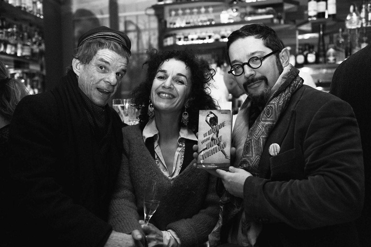 """Denis Lavant et son épouse, lors du lancement du livre """"le monde selon Andy Wahloo"""", au bar Andy Wahloo, Paris"""
