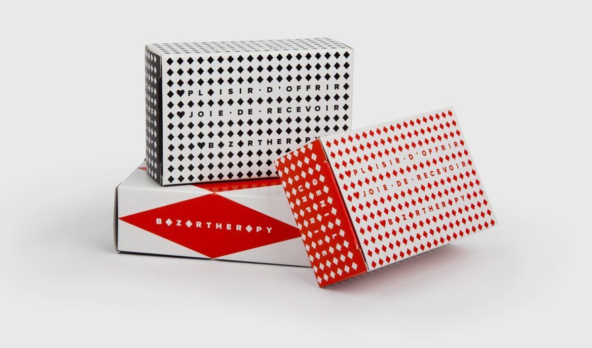 Petites boites rouges et blanches, noires et blanches dans un design simple et raffiné dessinées par Ich&Kar pour Bazartherapy.
