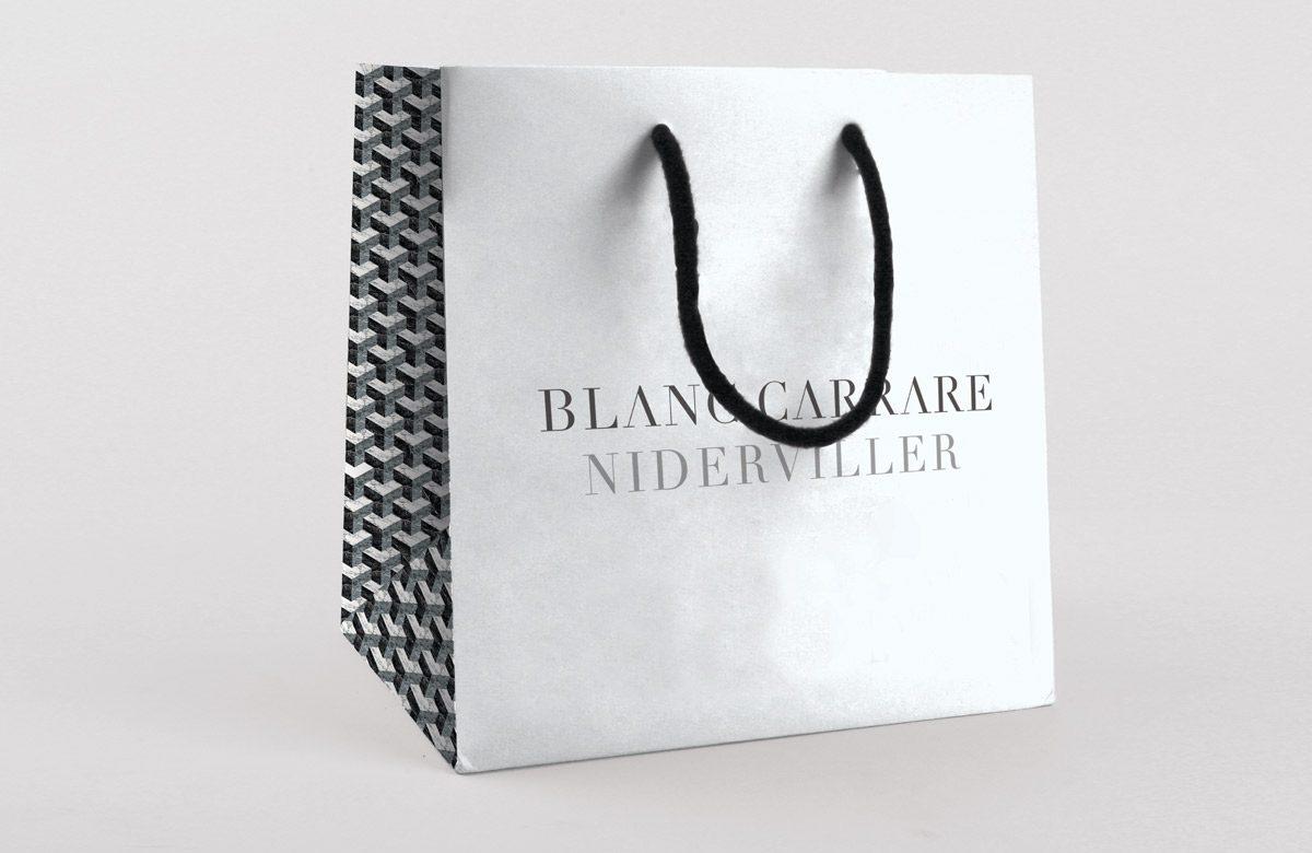 Sac en papier du marbrier Blanc Carrare. Monochrome aux tons noir, blanc et gris, inspiré du marbre et de la lave. Design Ich&Kar.