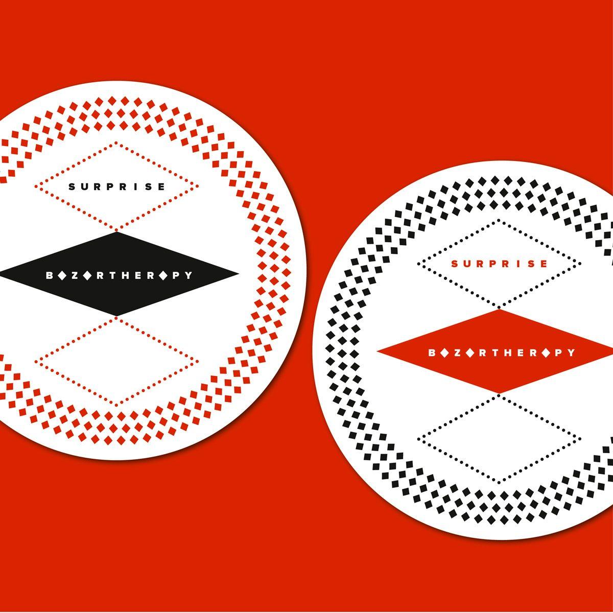 Design graphique en noir blanc et rouge, réalisé pour les pochettes surprises de Bazartherapy, signé Ich&Kar.