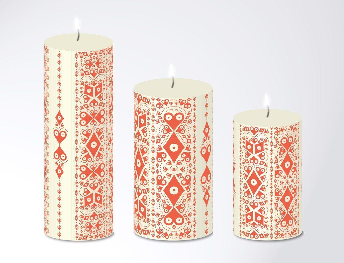 Série de trois cierges en trois tailles Pokerfaces, ornés de motifs de cœur, carreau, trèfle et Pique de couleur rouge. Une création Ich&Kar pour Bazartherapy.