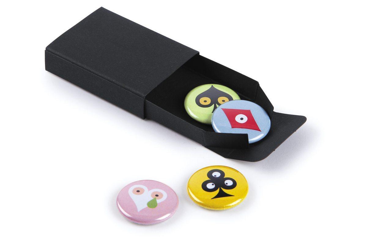 Minibox Pokerface, une série de quatre petits badges aux motifs Pokerface Cœur Carreau Trèfle et Pique, éditée par Ich&Kar.