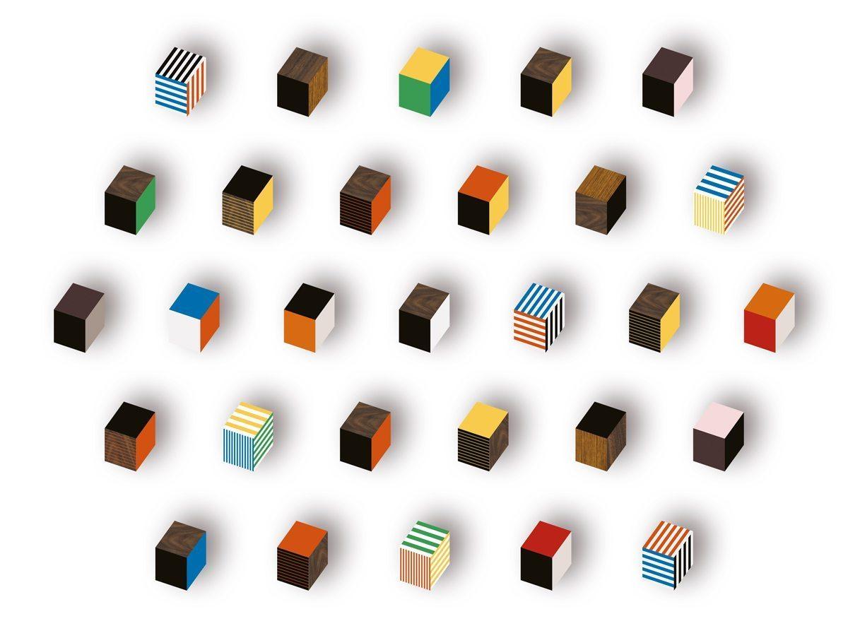 Patères Penrose en forme de petits cubes bois et bleu, bois et rouge, bois et jaune, édition Bazartherapy, design Ich&kar