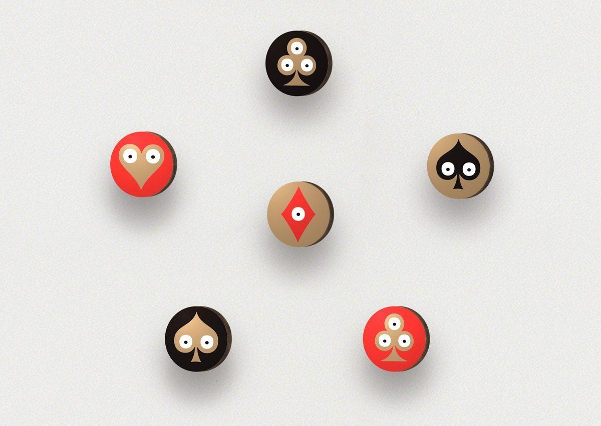 Pokerface Patères ronds avec des motifs de cœur, carreau, trèfle et pique réalisés par Ich&Kar pour Bazartherapy.