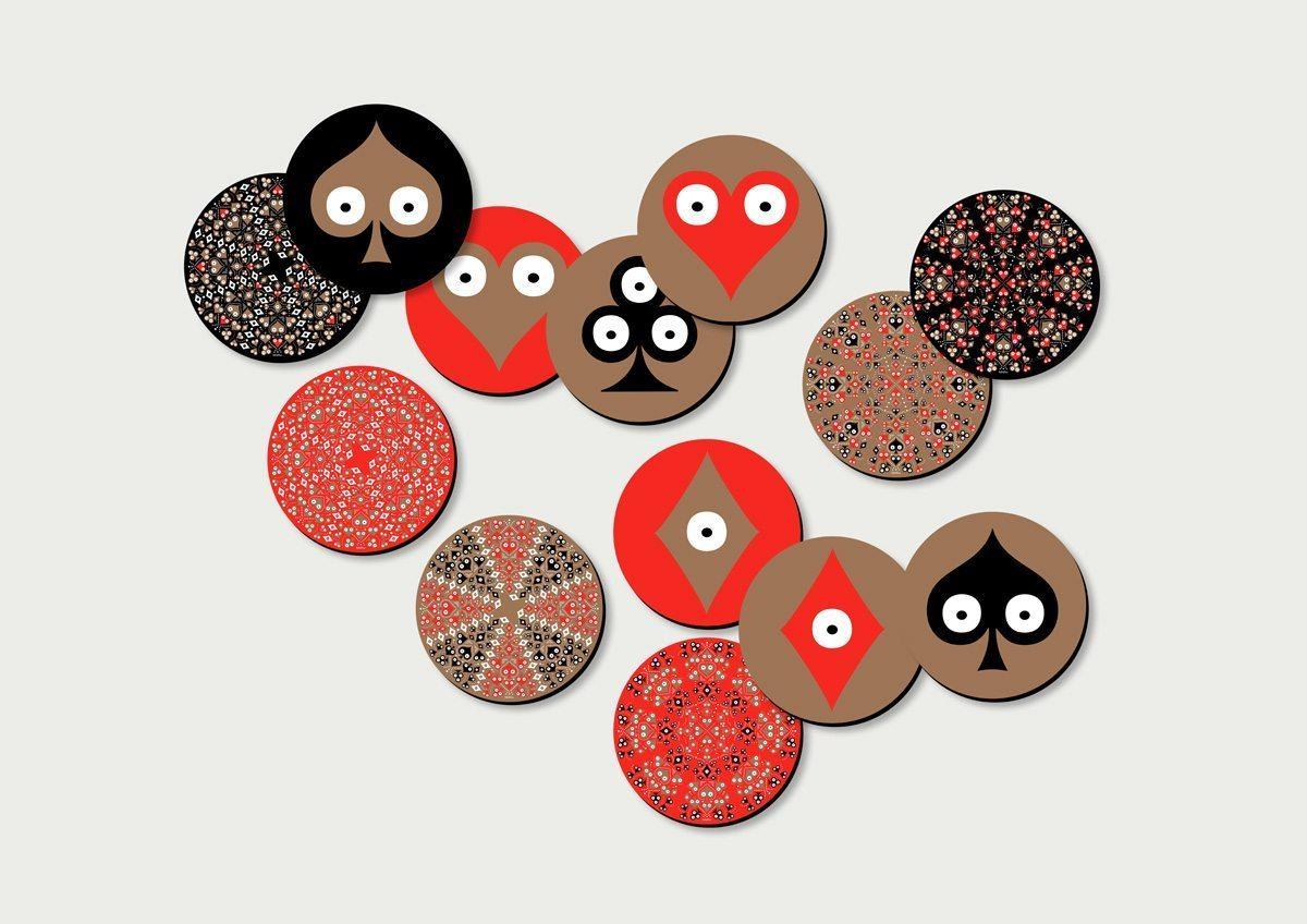 Dessous de plats de couleurs or, noir et rouge aux motifs de cœur, carreau, trèfle et pique. Design Ich&Kar.