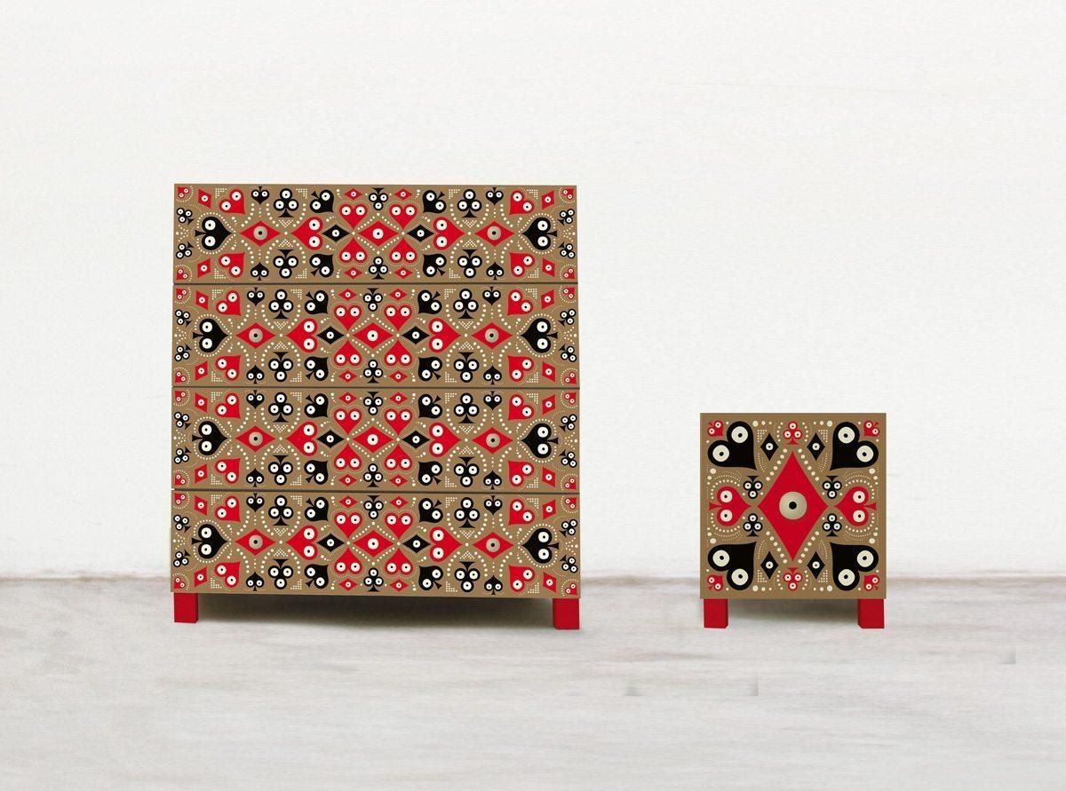 Pokerface, une série de commodes et consoles crées par Ich&Kar pour l'éditeur Bazartherapy. Motif dentelle de Cœur Carreau Trèfle et Pique.