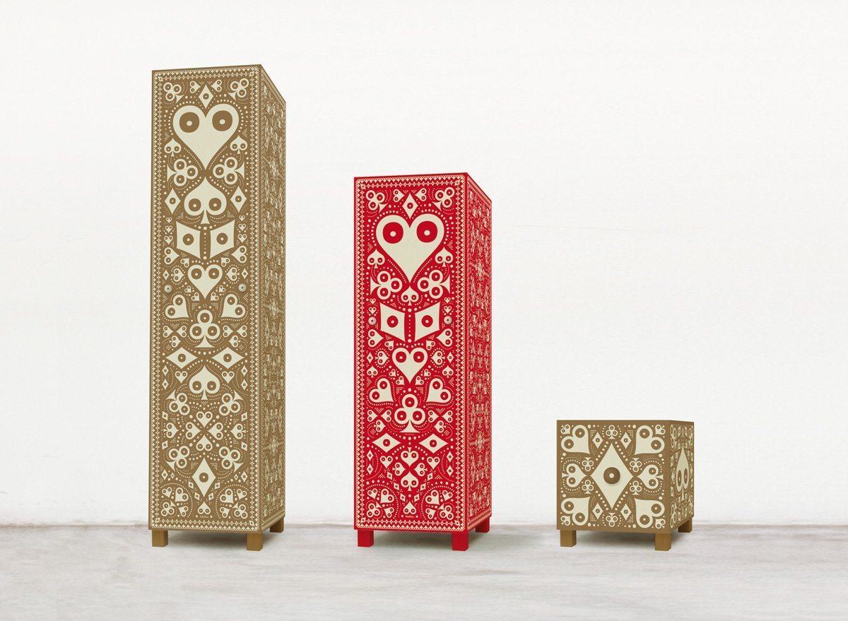 Pokerface, une série de mobiliers imaginés par Ich&Kar, édition Bazartherapy. Deux colonnes de rangement et une boite de rangement.
