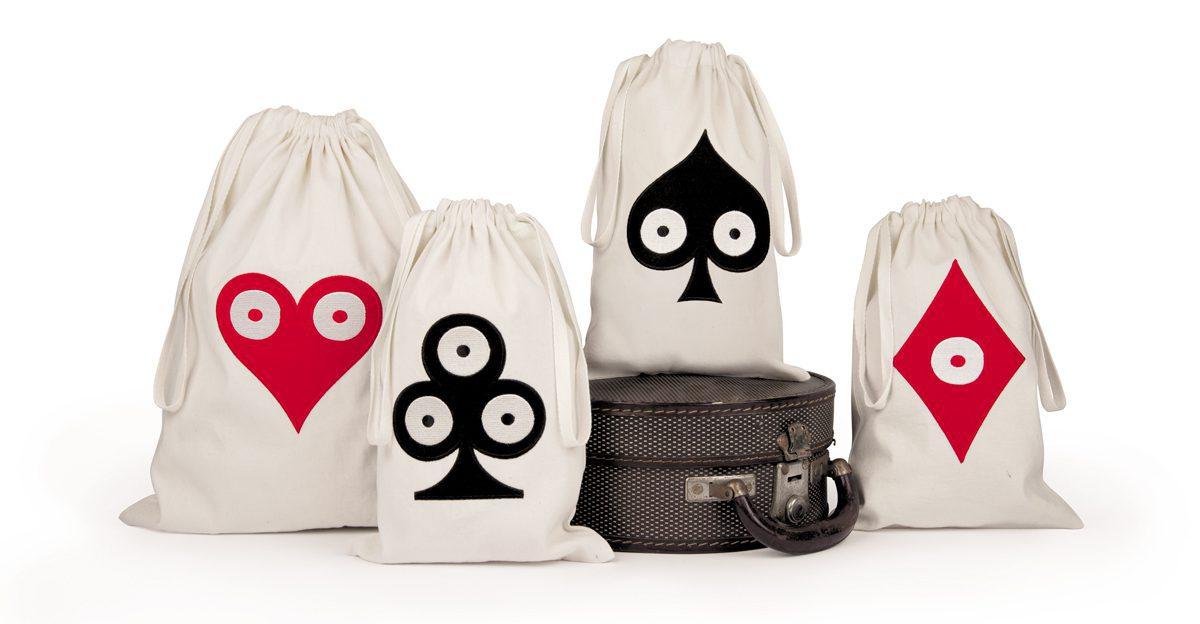 Sacs à baluchon et pochette de voyage en coton blanc avec motifs Pokerface Cœur Carreau Trèfle et Pique, rouges et noirs en feutrine brodé. Créations Ich&Kar, édition Bazartherapy