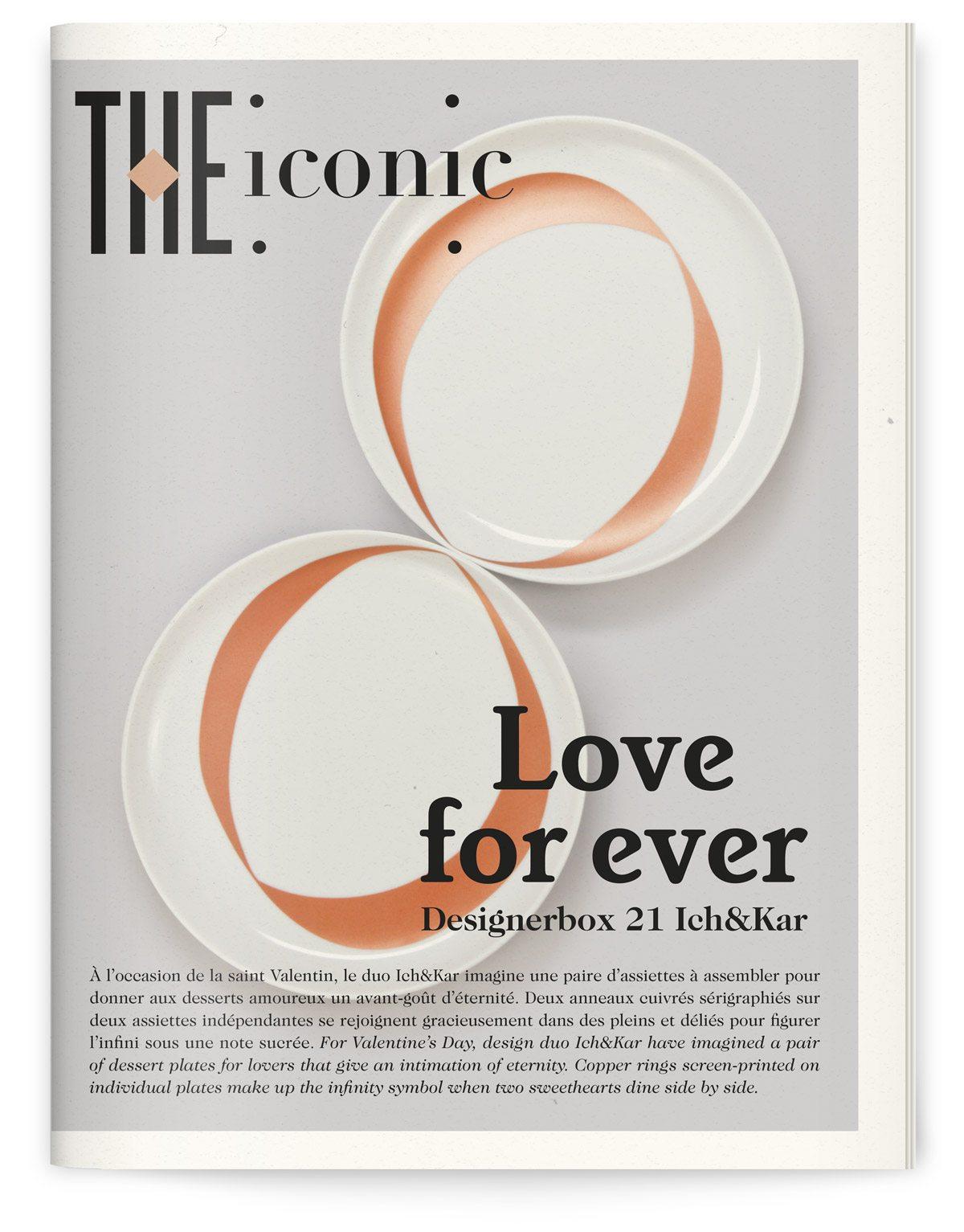 Couverture du magazine qui accompagne la Designerbox 21. Image de deux assiettes blanches ornées d'un motif de ruban cuivré spécialement réalisées par Ich&Kar.