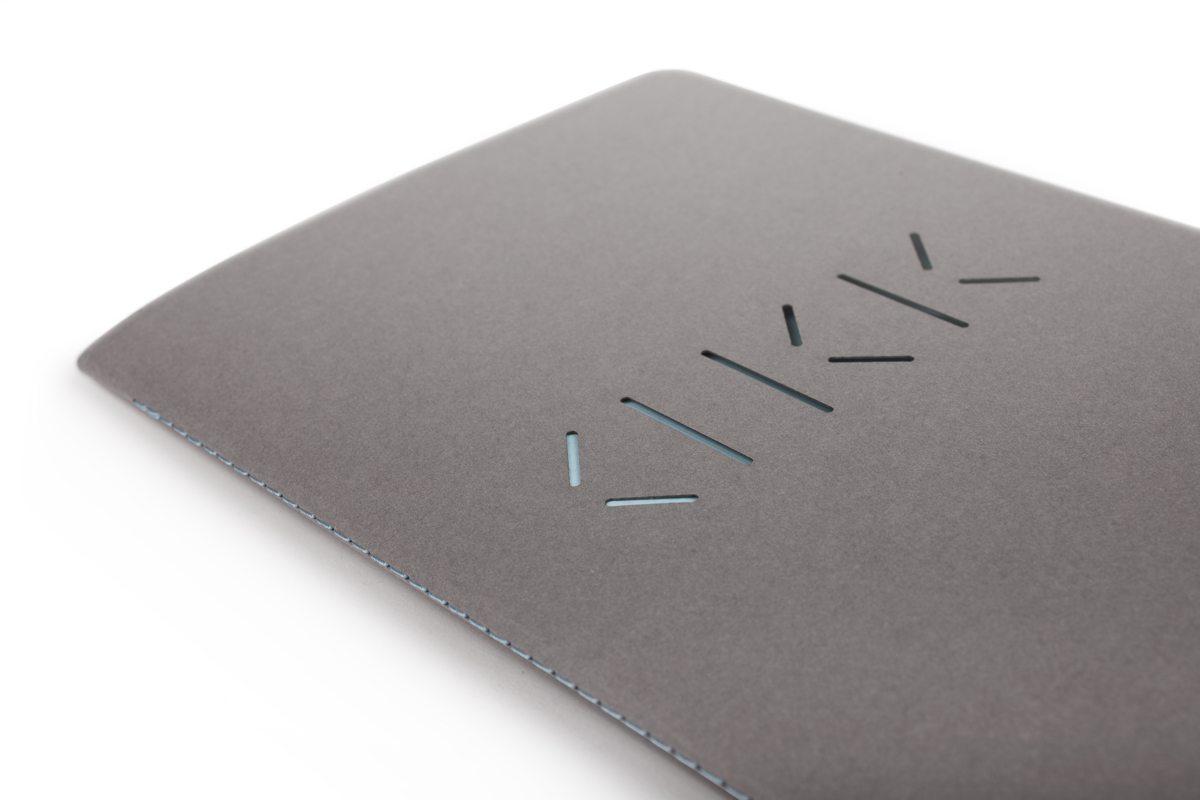 Carnet cousus d'Annabel Karim Kassar, la couverture perforée dévoile le logo
