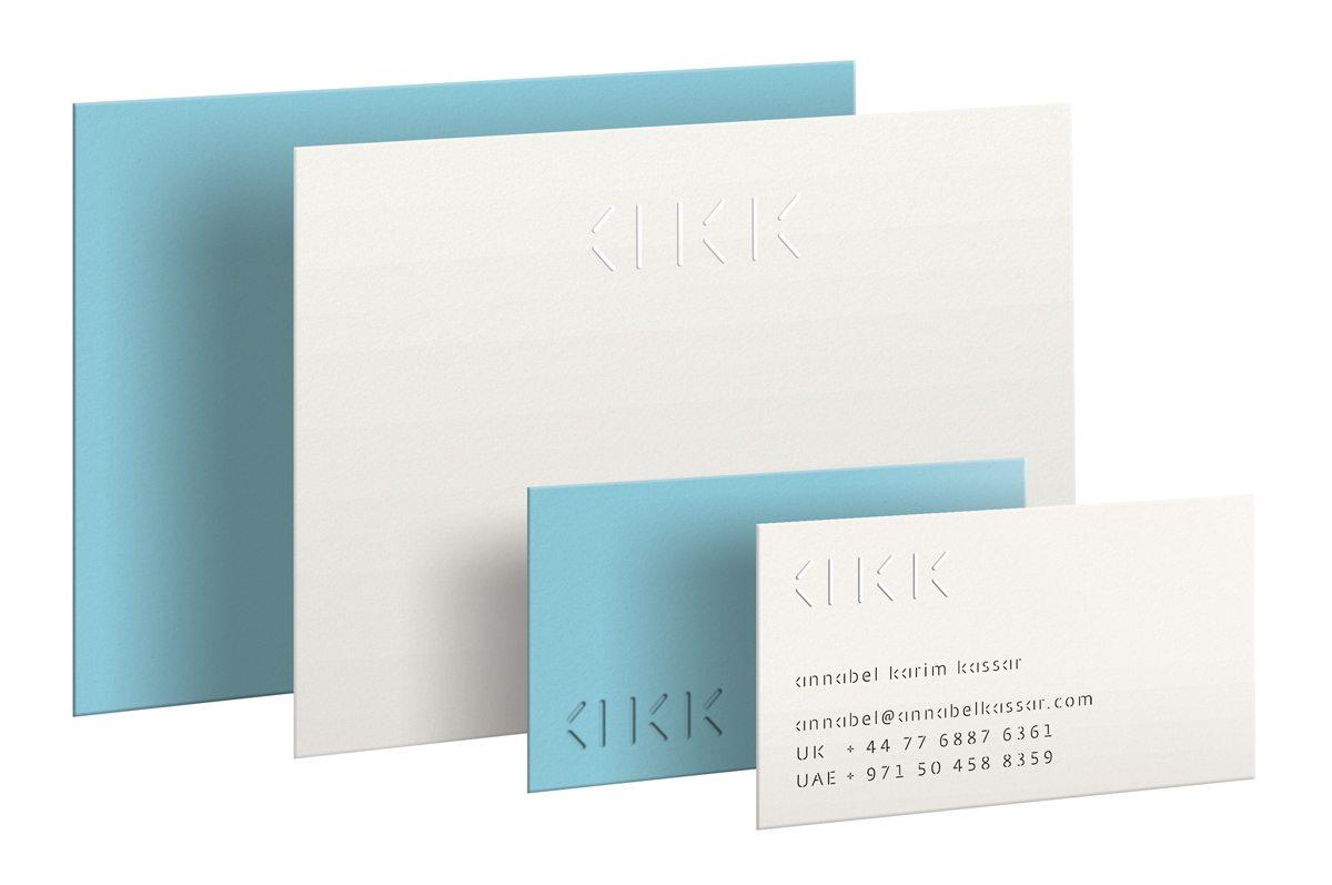 Cartes de visite bleues et blanches d'Annabel Karim Kassar, identité visuelle moderne et cosmopolite, design Ich&Kar