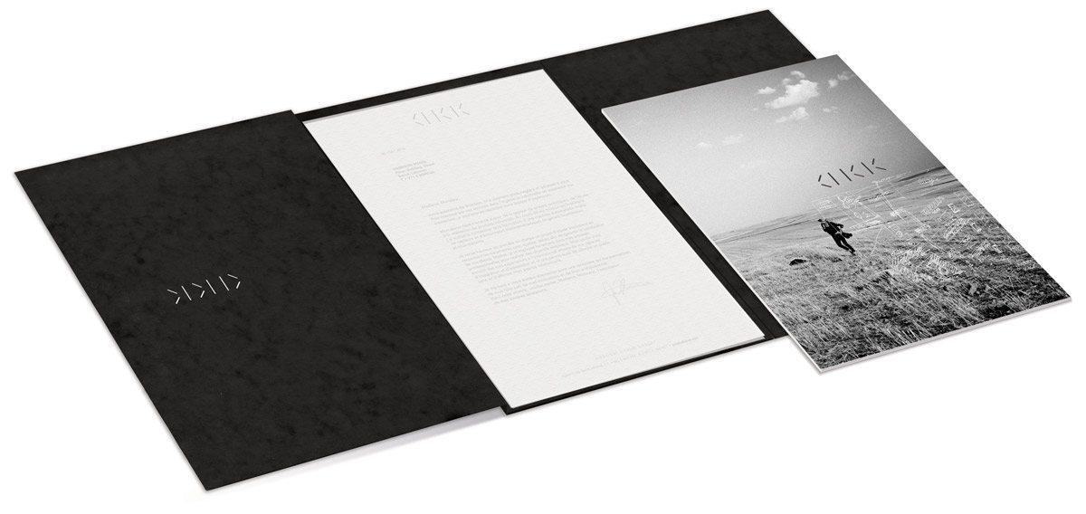 Chemise d'Annabel Karim Kassar, carte noire en 3 volets, 1 élastique, logo en découpe qui révéle le bleu de la carte de visite et chemise en Pergamenata gaufrée, design Ich&Kar